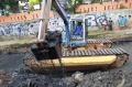 Pemprov DKI Jakarta Terjunkan Alat Pengeruk di Kali Sentiong