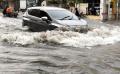 pengendara-motor-nekat-melintasi-genangan-banjir-cileuncang_20210414_184740.jpg