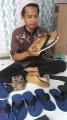 pengrajin-sandal-jepit-dari-limbah-spon-karet-tangerang_20210417_122330.jpg