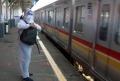 penumpang-commuter-line-gunakan-apd_20210223_174653.jpg