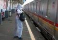 penumpang-commuter-line-gunakan-apd_20210223_174655.jpg