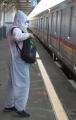 penumpang-commuter-line-gunakan-apd_20210223_174657.jpg