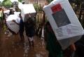 Penyaluran Logistik Pemilu ke Daerah Terendam Banjir di Bandung