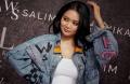 Penyanyi Wika Salim Desain Jaket Jeans Denim WS