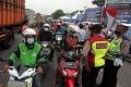 Penyekatan Mudik Pengendara Roda Dua di Karawang