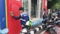 Petugas Dishub Bersihkan Debu Halte Bus Trans