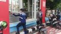 petugas-dishub-bersihkan-debu-halte-bus-trans_20210224_112220.jpg