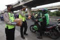 Polisi Lalu Lintas Berbagi Takjil Jelang Berbuka Puasa
