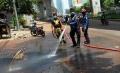 petugas-pemadam-kebakaran-bersihkan-jalan-kapten-piere-tendean_20210221_183156.jpg
