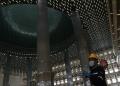 petugas-pln-deteksi-kabel-bawah-tanah-di-area-masjid-istiqlal_20210511_112323.jpg