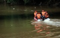petugas-sar-sisir-korban-tenggelam-di-sungai-ciliwung_20201214_133037.jpg