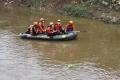 petugas-sar-sisir-korban-tenggelam-di-sungai-ciliwung_20201214_133241.jpg
