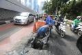 petugas-sda-ambil-lumpur-dari-gorong-gorong_20200210_203533.jpg