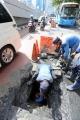 petugas-sda-ambil-lumpur-dari-gorong-gorong_20200210_203732.jpg