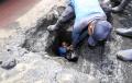 petugas-sda-ambil-lumpur-dari-gorong-gorong_20200210_203859.jpg