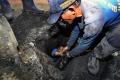petugas-sda-ambil-lumpur-dari-gorong-gorong_20200210_204405.jpg