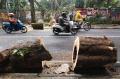 pohon-tumbang-hancurkan-pagar-tembok-kebun-binatang-bandung_20211018_192234.jpg
