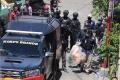 polisi-amankan-barang-bukti-dari-rumah-pelaku-bom-makassar_20210329_221405.jpg