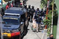 polisi-amankan-barang-bukti-dari-rumah-pelaku-bom-makassar_20210329_221702.jpg