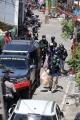 polisi-amankan-barang-bukti-dari-rumah-pelaku-bom-makassar_20210329_221829.jpg
