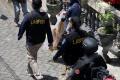 polisi-amankan-barang-bukti-dari-rumah-pelaku-bom-makassar_20210329_222600.jpg