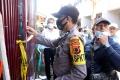 polisi-amankan-barang-bukti-dari-rumah-pelaku-bom-makassar_20210329_223043.jpg