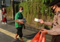 polisi-bagikan-tajil-di-bunderan-hotel-indonesia_20210421_215154.jpg