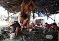 potret-nelayan-pengupas-kerang_20200714_232231.jpg