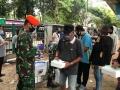 prajurit-tni-distribusikan-bantuan-kemanusiaan-pada-masyarakat_20200510_220624.jpg