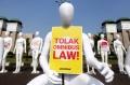 Puluhan Manekin Demo Tolak RUU Omnibus Law
