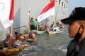 ratusan-nelayan-suramadu-terima-bantuan-sembako-di-kri-makassar_20200613_044440.jpg