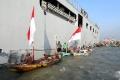 ratusan-nelayan-suramadu-terima-bantuan-sembako-di-kri-makassar_20200613_044931.jpg