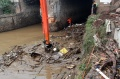 sampah-menyumbat-pintu-air-manggarai_20200105_235845.jpg