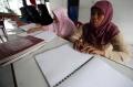 Sejumlah Tuna Netra Asik Baca Al Qur