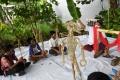 seniman-ludruk-meimura-ajak-anak-anak-bermain-wayang-suket_20201217_184738.jpg