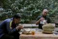 sensasi-makan-durian-di-tengah-kebun_20210616_200411.jpg