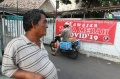 Spanduk Kawasan Zona Merah Covid-19 Terpasang di Jalan Paseban