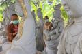 Suhu Membersihkan Rupang di Vihara Mahavira Graha Semarang