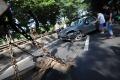 tabrak-pembatas-jalan-mobil-terbalik-di-simprug-jakarta-selatan_20200422_201514.jpg