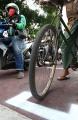 Tanda Jaga Jarak Aman Bagi Pengendara Roda Dua di Lampu Merah Kota Bandung