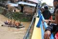 tim-gabungan-tni-sar-dan-tagana-mencari-korban-banjir_20171220_150532.jpg