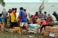 tni-al-salurkan-bantuan-ke-nelayan-terdampak-gempa-sulbar_20210125_181701.jpg