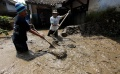 warga-kabupaten-bandung-bersihkan-lumpur-pasca-banjir_20190422_220242.jpg