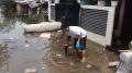 warga-korban-banjir-bersih-bersih-perabotan-yang-terendam-banjir_20210224_110958.jpg