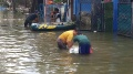 warga-korban-banjir-bersih-bersih-perabotan-yang-terendam-banjir_20210224_111341.jpg