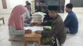 Warga Menunaikan Zakat Fitrah di Musola Miftahul Jannah