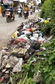 warga-tak-bertanggung-jawab-buang-sampah-di-jalan-raya_20210223_221318.jpg