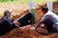 ziarah-kubur-di-makam-korban-covid-19-pondok-ranggon_20200524_211205.jpg