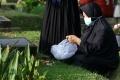ziarah-makam-jelang-ramadan-di-tpu-karet-bivak_20210411_191701.jpg