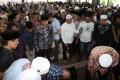 Zumi Zola Hadiri Pemakaman Ayahnya Zulkifli Nurdin di Jambi